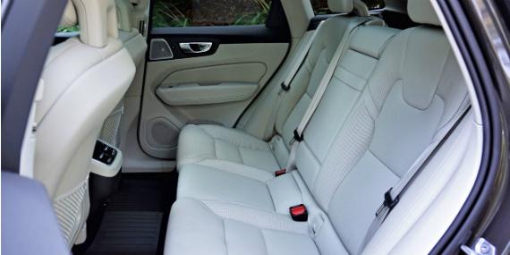 18_volvo_xc60_t6_awd_inscription_rear-seat